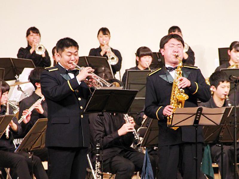 陸上自衛隊中央音楽隊の矢口幸一さん(左)、久慈明広さん(右)と合同で演奏(2016年)