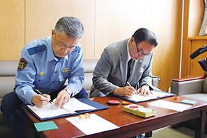 八街市北村市長(写真左)、佐倉警察署山岸署長(写真右)と協定書を交わす西村理事長・校長